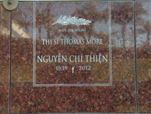 Headstone marking the resting place for the poet Nguyen Chi Thien at the Christ Cathedral in Orange County, California.Image: Codobai / CC BY-SA 3.0
